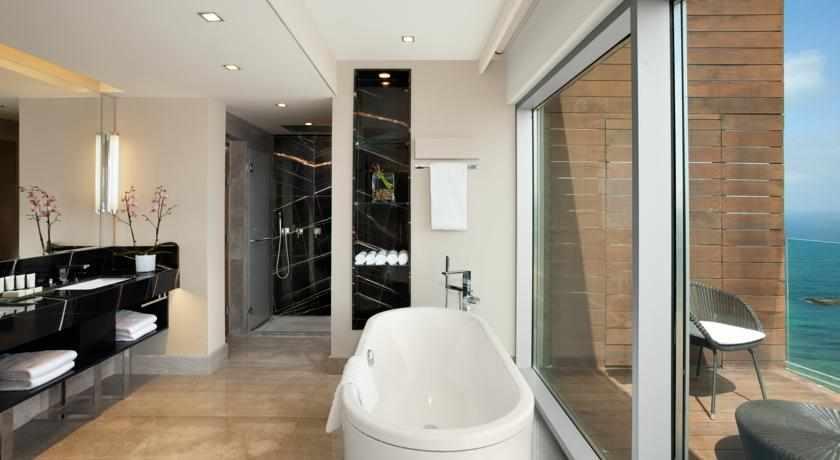 אמבטיה הילטון