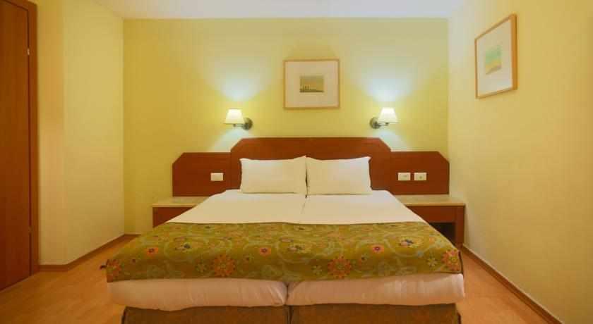 מיטה זוגית מלון דה לה מר