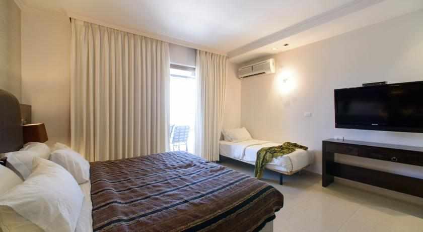 חדר עם מרפסת מלון רויאלטי סוויט